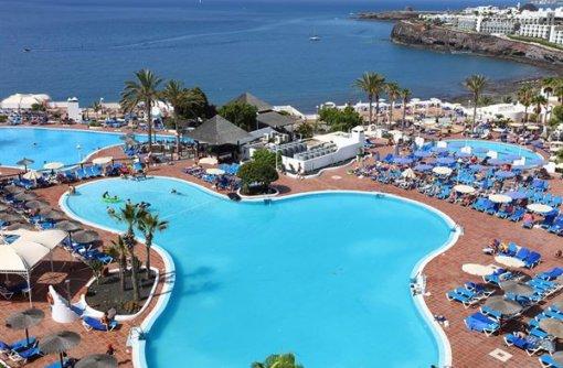Hotel Sandos Papagayo Beach Resort in In Spanje lig je de ene dag heerlijk te luieren op een schitterend strand en de volgende dag slenter je door straatjes met een typisch Spaanse sfeer. Of je nu van een ontspannen vakantie houdt
